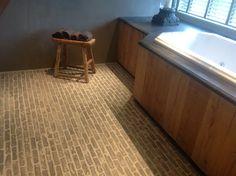Castle Stones Bricks kleur Grey, gelegd in badkamer.  Voor meer informatie kijk op onze site www.renehoutman.nl