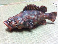 陶器製の魚の置物です。こちらは陶器用の顔料を用いております。1280℃で焼成しています。縦27cm×径14cm|ハンドメイド、手作り、手仕事品の通販・販売・購入ならCreema。