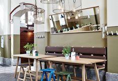 Lo Story Restaurant di Helsinki recuperato dalla designer Joanna Laajisto e dal suo team. Gli ampi soffitti in hanno rappresentato una sfida, soprattutto relativamente alle scelte legate alle illuminazioni. In primo piano i tavoli con gli specchi inclinati sovrastanti