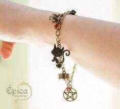 Pulseira Mundo Sombrio de Sabrina - épica bijuterias Geeks, Personalized Items, My Love, Bracelets, Jewelry, Diy Kid Jewelry, Bangles, The World, Jewlery