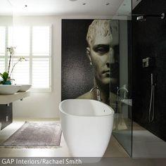 Ein Regendwald-Duschkopf und eine freistehende Badewanne sind echter Luxus. Das ausdrucksstarke Wandbild trägt ebenfalls einen großen Teil zu der coolen…