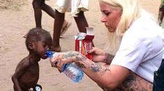 La imagen de un pequeño de dos años de origen nigeriano que se aferraba a una botella de agua para saciar su sed en un visible estado de completa deshidratación y desnutrición, ha causado conmoción en las redes sociales después de que la danesa Anja Ringgren hiciese pública la instantánea en Facebook. Presidenta de una fundación de ayuda a la educación y el desarrollo de los niños africanos, Anja intenta luchar contra una práctica cruel muy extendida en el país.