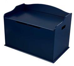 Innred barnerommet med blå kiste Austin i tre fra KidKraft. Praktisk oppbevaring der man samler alle leker under lokket og enkelt tar dem frem når man skal bruke dem. Lokket er smart utformet på en måte som beskytter barnet mot å