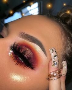 Learn how to do this cute halo eyeshadow look in 3 easy steps! - - Learn how to do this cute halo eyeshadow look in 3 easy steps! Makeup Without Eye Makeup, Makeup Over 50, Makeup Eye Looks, Dramatic Makeup, Skin Makeup, Eyeshadow Makeup, Makeup Monolid, Contour Makeup, Eyebrow Makeup