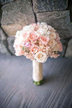 El ramo o bouquet de novia es uno de los elementos más especiales y cargados de emoción para una novia. No solamente por su belleza evidente, el ramo está cargado de una energía especial, porque lo llevamos desde antes de decir el sí y luego nos despedimos de él como un símbolo de renovación