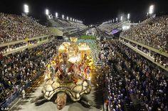 A Imperatriz Leopoldinense escola de samba desfila durante as comemorações do carnaval no Sambódromo, no Rio de Janeiro