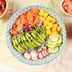 Easy and quick recipe for a salmon poke bowl with mango, avocado and red radishes. Recipe for a sesame and ginger sauce Raw Food Recipes, Cooking Recipes, Healthy Recipes, Quinoa, Salmon Poke, Fresco, Joy Filled Eats, Avocado, Food Is Fuel