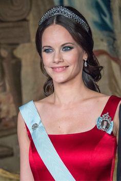 Ce soir, la famille royale offre un dîner de gala en l'honneur de la société suédoise au palais royal de Stockholm.    Princesse Victoria &...