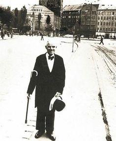 Viete kto sa na vás usmieva z fotografie? Je to kultová postava z bratislavských ulíc a kaviarní - pán Ignác Lamár, ktorému nik nepovedal inak ako Schöne(r) Náci. Vždy sa po meste prechádzal vo fraku s cylindrom a paličkou a zapísal sa do histórie mesta. V súčasnosti môžete obdivovať jeho sochu práve na Hlavnom námestí. Bratislava, Gentleman, Nostalgia, Geo, People, Celebrity, Photography, Travel, Inspiration