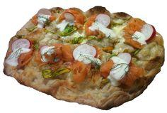 Pinsa gourmet: salmone, ravanelli, crema di stracchino e yogurt all'aneto