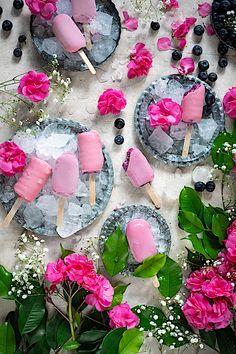 Helado sin azúcar de arándanos Cremosos y sin coco Coco, Blueberry Ice Cream, Evaporated Milk, Melted Chocolate, Popsicle Recipes, Custard, Fruit, Frozen Blueberries