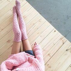 Questi calzini accoglienti con il modello splendido aran sono il modo migliore per tenere al caldo anche rendendo le gambe fissate lungo e sottile. Perfetto per ogni stagione e più comodo da indossare in casa. Lunghezza totale: 84 cm/33 Coppia peso: 7 oz/200 g Calze taglia / migliore vestibilità: U.S. 5-8.5 / 36-39 EU Meglio si adattano con la circonferenza sopra il ginocchio è 14-19/ 35-48 cm circa Modello Altezza: 170 cm/5 7 Modello di scarpa dimensioni: 7 U.S. / 37-38 EU Date unocchia...