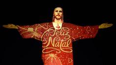 El tradicional Cristo redentor en Río de Janeiro iluminado con proyecciones navideñas. Foto: AFP