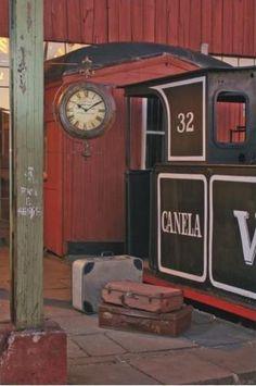 Relógio estação Vintage Port é um relógio novo com aparência de antiguidade. Com suporte para parede e suas duas faces, lembra perfeitamente os antigos relógios encontrados ao longo das plataformas de trem do século passado. Confira na Adoro Presentes! #relogios #vintage #antiguidade