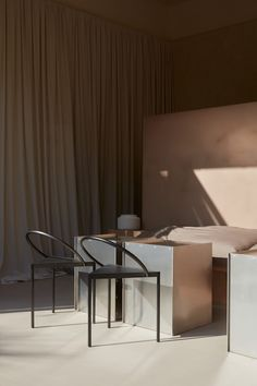 Monolithic plaster counter centres La Petite cafe in Abu Dhabi Cafe Interior Design, Cafe Design, Studio Design, House Design, Cafe Seating, Light Architecture, Hospitality Design, Metal Chairs, Soft Furnishings