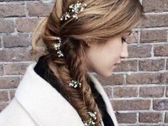 Bloemen in je haar met een visgraat vlecht.