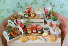 miniaturowe przetwory, warzywa, zioła w doniczkach