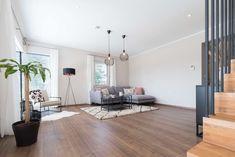 modernes helles Wohnzimmer in unserem Musterhaus Style 163 W in Graz Villa, Divider, Room, Furniture, Home Decor, Graz, Bright Living Rooms, Room Layouts, Modern Architecture