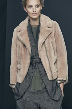 Brunello Cucinelli Fall 2017 Ready-to-Wear Fashion Show - Herren- und Damenmode - Kleidung Fashion Week, Fashion 2017, Fashion Show, Fashion Looks, Womens Fashion, Fashion Design, Fashion Trends, Style Fashion, Fall Winter Outfits
