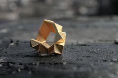 伝統的な鋳造法と近代的な生産技術のハイブリッド製、このリングは、ステンレス鋼・金メッキ、3 D 印刷し、私たちのブルックリンによって設計されてベースのジュエリー/工業デザイナー。  ステンレス ・ ゴールド プレート  *