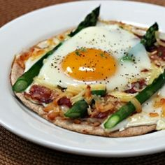 Asparagus, cheese, bacon and egg on a whole wheat pita: perfect for brunch!