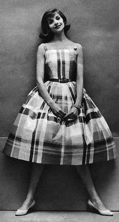 1956 bell-shaped skirt in plaid. Retro Mode, Vintage Mode, Vintage Glam, Vintage Beauty, Vintage Looks, Vintage Inspired, Fifties Fashion, Retro Fashion, Vintage Fashion