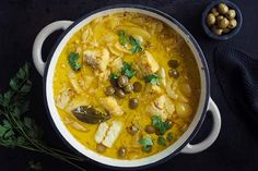 Hvit bacalao med safran i en gryte. Gumbo, Fish And Seafood, Paella, Thai Red Curry, Yummy Food, God, Drink, Ethnic Recipes, Happy