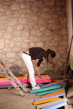 Elenadehados preparando tablones de puertas para la fachada exterior de una vivienda antigua situada en Las Palmas de gran Canaria.