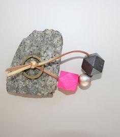 Schlüsselanhänger mit verschiedenen Holzperlen in den Farben pink, champagner und schwarz, aufgefädelt auf ein gold-braunes Wildlederband. Gerne kann ich diesen Schlüsselanhänger auch individuell nach deinen Wünschen zusammenstellen, z.B. mit anderen Perlen oder in einer anderen Länge.  Länge des Anhängers: ca. 9 cm