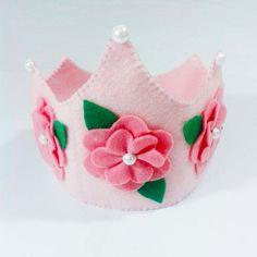 Coroa Princesa Rosa Coroa em feltro com aplique de flores. (vai com velcro para ser ajustada)  Pode ser feita em outras cores. Consulte-nos. O tempo de produção pode variar de acordo com a demanda da loja.