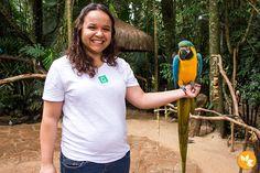 Eloah registrando o momento da arara em seus braços - Parque das Aves - Foz do Iguaçu