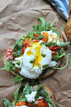 This poached egg, heirloom tomato and burrata toast is super simple but loaded with tons of fresh flavors and is topped with a homemade basil vinaigrette!Poached Egg, Heirloom Tomato, Buratta Toast with Basil Vinaigrette Vegetarian Recipes, Cooking Recipes, Healthy Recipes, Simple Recipes, Plats Healthy, Healthy Snacks, Healthy Eating, Healthy Brunch, Brunch Food