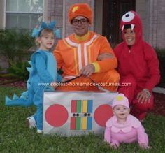 I think this would be an awesome family costume idea!