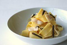 Pappardelle fresche all'uovo, capesante e zafferano: tre ingredienti preziosi per un primo piatto delicato e sofisticato. Una ricetta facile, perfetta per un'occasione speciale.