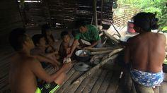PERDIMOS Y SEGUIMOS PERDIENDO Versión 29'. SINOPSIS El Chocó es el departamento más olvidado de Colombia. Con una dimensión similar a Suiza, tan solo posee unos 60 kilómetros de carretera. Como consecuencia de ser el lugar donde más llueve del planeta, su geografía es totalmente selvática, territorio de las comunidades indígenas Emberá y Wounaan. Estas etnias, al igual que sucedió con la llegada de los primeros colonizadores, están perdiendo sus territorios debido a que los grupos armados…