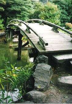 80 Dreamy and Delightful Garden Bridge Inspirations Japanese Water Gardens, Japanese Garden Design, Zen Gardens, Pond Water Features, Garden Features, Japan Garden, Gardening Magazines, Fish Ponds, Garden Bridge