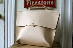Corter Leather - Journal - Full Leather Business Tote - there's some real innovation here. Not just the same ol' thing. Sacs Tote Bags, Backpack Bags, Clutch Bags, Messenger Bags, Leather Bags Handmade, Leather Craft, My Bags, Purses And Bags, Leather Purses
