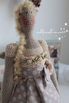 Crocheted Tilda   <3 http://erdbeerdiamant.blogspot.nl/2012/10/ein-engel-geht-auf-reisen.html: ☆
