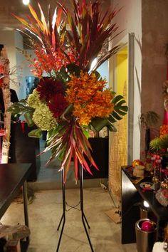 御祝いの多い季節になりました。最近の開店やお祝い事にはアレンジメントでお届けする方が主流ですが、場合によりスタンド花でお作りする事もあります。 ...