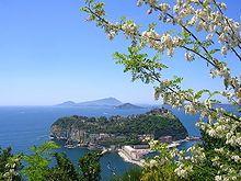 Napoli - L'isola di Nisida vista dal parco Virgiliano, con sullo sfondo Capo Miseno e alle spalle Procida ed Ischia