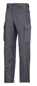 The pre-bent legs on these Service Trousers have a slightly tighter fit so they look great, while giving you optimal freedom of movement. Available in four colors and a broad size range. - Snickers Workwear Artnr. 6800