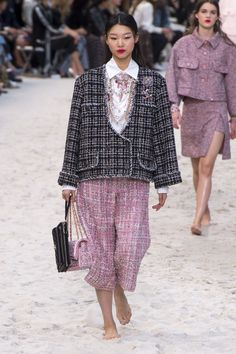 Chanel Spring 2019 Ready-to-Wear Collection - Vogue #Chanel #fashion #Koshchenets