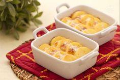 Gli gnocchi alla romana, sono dei dischetti tondi di semolino, che viene cotto nel latte e arricchito da formaggio e tuorli d'uovo, e poi gratinati in forno.