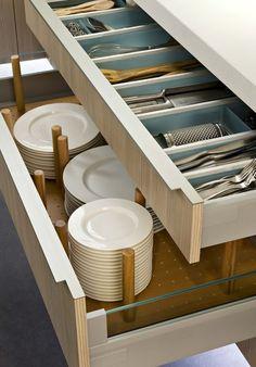 Les tiroirs sont équipés de picots modulables pour accueillir toutes les tailles d'assiettes. Darty Cuisine. www.darty.com