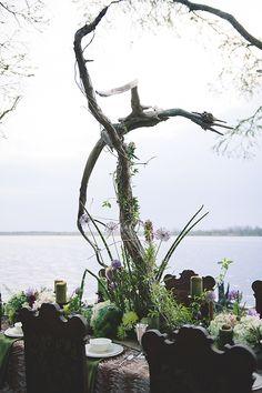 Instalação dragão Driftwood | Bit of Photography Marfim & Palette de Pétalas | ver mais em: http://burnettsboards.com/2014/05/disneys-maleficent-inspired-wedding/ #driftwood #art