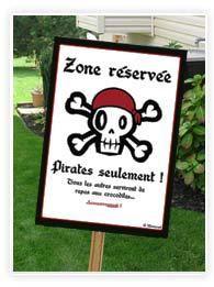 Les pirates ça ne plaisantent pas ! Quand ils font une fête entre eux, les intrus ne sont pas les bienvenus... Voici un poster pirate à imprimer pour les fêtes d'anniversaire d'enfant ou pour mettre sur la porte de la chambre de votre petit moussaillon !