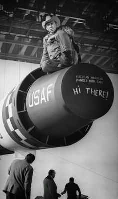 This rare photo was taken on the set of Dr. Strangelove It is a 1964 black comedy film, directed by Stanley Kubrick. The actor Slim Pickens is ready to ride the bomb prop on the set. Sci Fi Movies, Old Movies, Great Movies, Movie Tv, Slim Pickens, Dr Strangelove, Horsemen Of The Apocalypse, Black White, Punk