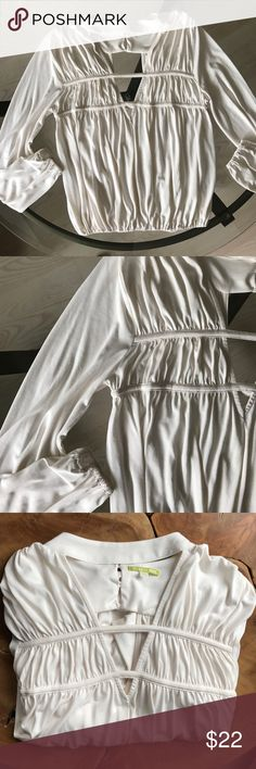 """🖤 Off White Choker Top 🖤 🖤 Off White Choker Top 🖤 gathered wrist, and gathered waist. Size x-small 🖤 Beautiful quality. Looks great with any color slacks or skirt. Like new condition. """"Re-Posh!!"""" Gianni Bini Tops Blouses"""