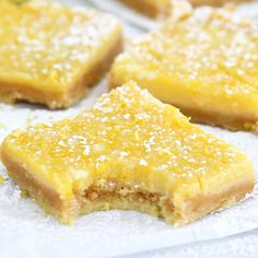 Healthy lemon bars that are gluten free, dairy free and paleo! The crust is made with a mix of almond flour and coconut flour and the light lemon filling is made with just 4 simple ingredients: fresh lemon juice, honey, eggs and coconut flour. Lemon Bars Healthy, Healthy Desserts, Healthy Recipes, Dairy Free Lemon Bars, Lemon Coconut Bars, Celiac Recipes, Baking Desserts, Diet Recipes, Gluten Free Baking
