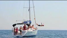 Navegar con un velero en familia. Actividad de navegación  con barco de vela en Barcelona. Sube al velero y bañate en el mar
